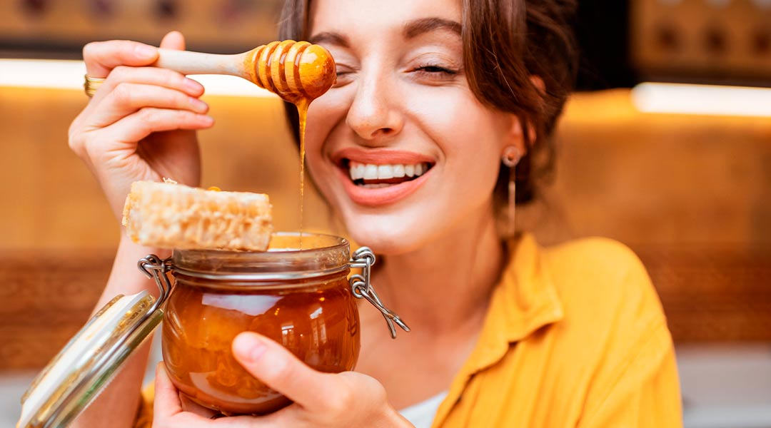 du miel sur le visage